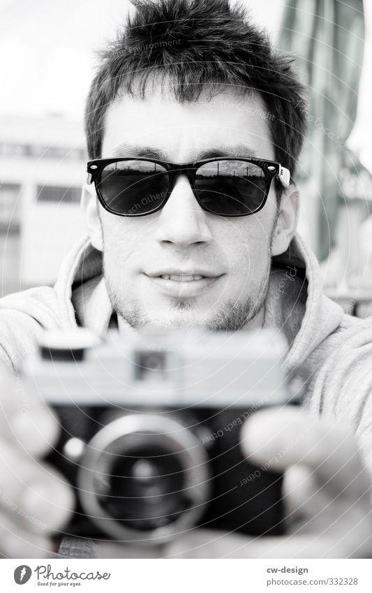 Freunde treffen Mensch maskulin Junger Mann Jugendliche Erwachsene Freundschaft Leben Kopf 1 18-30 Jahre schwarz weiß Freude Lebensfreude Fotograf Fotografieren