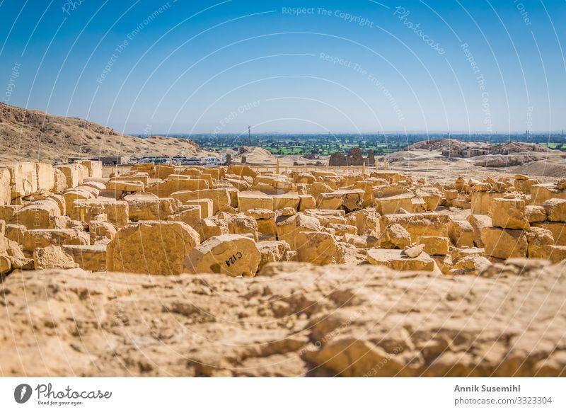 Archäologische Fundstücke vor dem Totentempel der Hatschepsut in Luxor, Ägypten. pharao pharaonen wüste luxor totenkult totentempel ausgrabung fundstücke