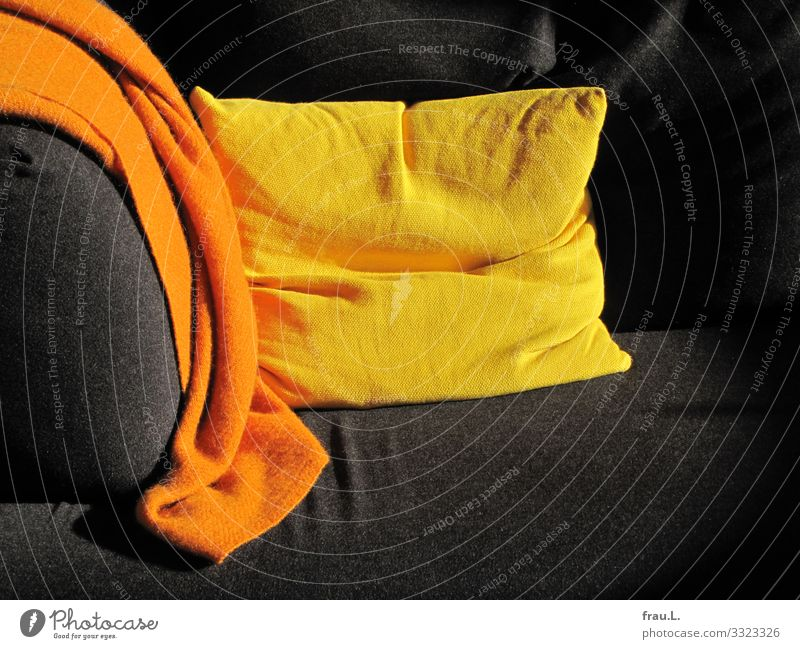 Sofaecke Häusliches Leben Wohnung Wohnzimmer gelb orange schwarz mehrfarbig Kissen Decke Wolldecke Farbfoto Innenaufnahme Textfreiraum unten