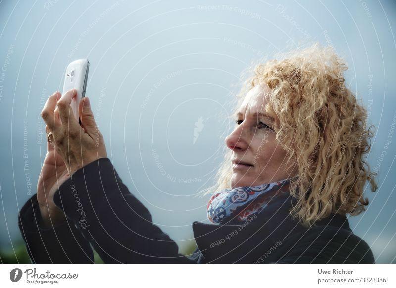 are you there? Lifestyle Haare & Frisuren Ausflug Handy feminin Frau Erwachsene Gesicht 1 Mensch 45-60 Jahre Accessoire rothaarig Locken Telefongespräch