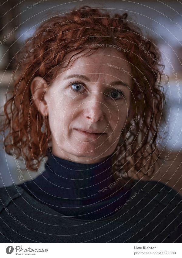 Hey, it's me! feminin Frau Erwachsene Haare & Frisuren Gesicht 1 Mensch 45-60 Jahre Mode Pullover Stoff Schmuck Ohrringe rothaarig Locken Beratung hören Lächeln
