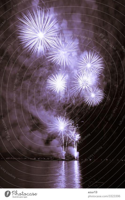 Luxus-Feuerwerk-Veranstaltung Himmel-Wasser-See-Show mit violetten Sternen Reichtum Entertainment zeigen Party Feier feiern Stadtfest Nachtleben Pyrotechnik