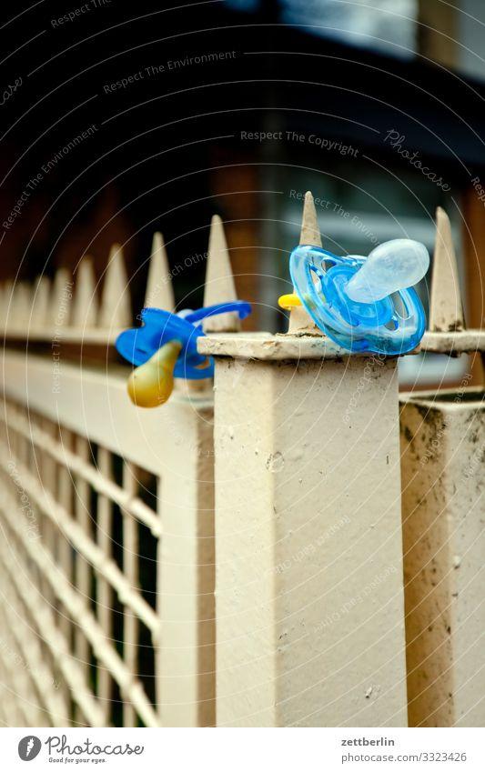 Zwei Nuckel aufbewahren Baby Fundstelle Fundstück finden Grundstück Kind Kindergarten Kleinkind Schnuller saugen Säugetier verloren Zaun 2 paarweise