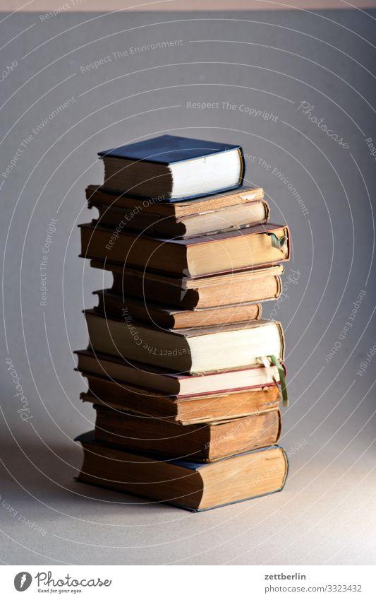 Bücher Antiquariat Belletristik Bibliothek Bildung Buch lesen Lesestoff Roman Schule Stapel Studium Literatur Wissenschaften Papier Druck Druckerei Interesse