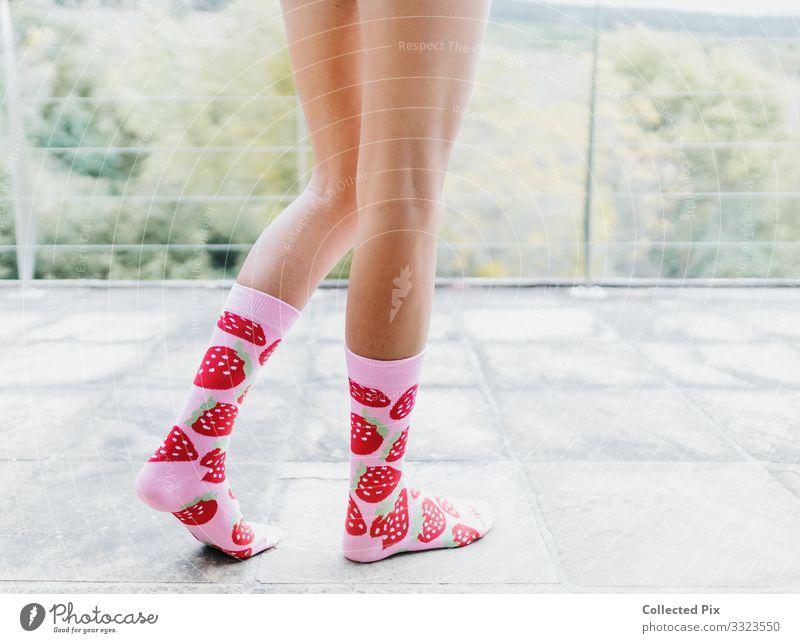 Frau stehend mit rosa Erdbeersocken Lifestyle Reichtum Stil Pediküre Freizeit & Hobby Ferien & Urlaub & Reisen Häusliches Leben Wohnung Valentinstag Muttertag