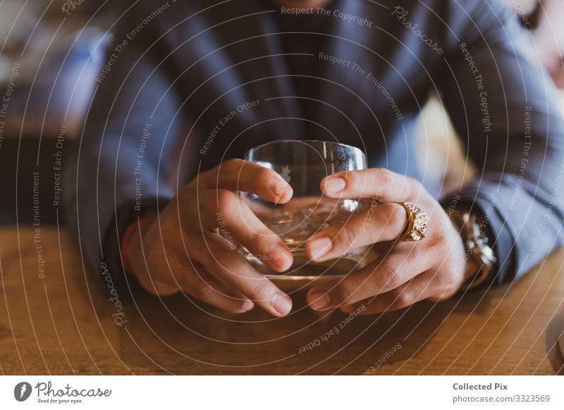 Erfolgreicher Mann hält Schnurrhaarglas mit Goldring maskulin Hand Finger 1 Mensch 18-30 Jahre Jugendliche Erwachsene Glas Verantwortung Selbstbeherrschung