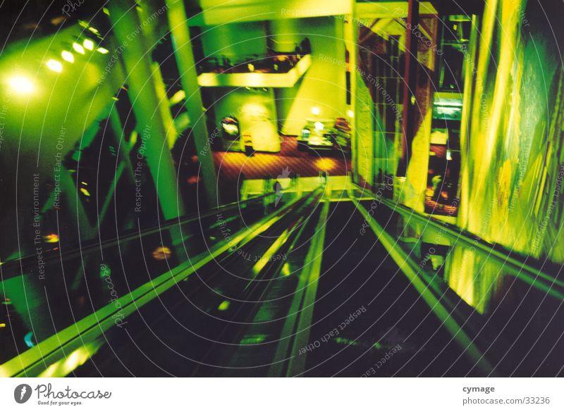 downstairs Rolltreppe New York State New York City unten U-Bahn fahren Untergrund Amerika grün tief Architektur abwärts Treppe Rolle modern Innenaufnahme
