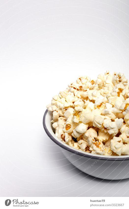Popcorn auf farbigen Hintergründen Lebensmittel Fastfood Schalen & Schüsseln Entertainment Kino frisch lecker weiß Farbe Popkorn Snack Mais salzig Hintergrund