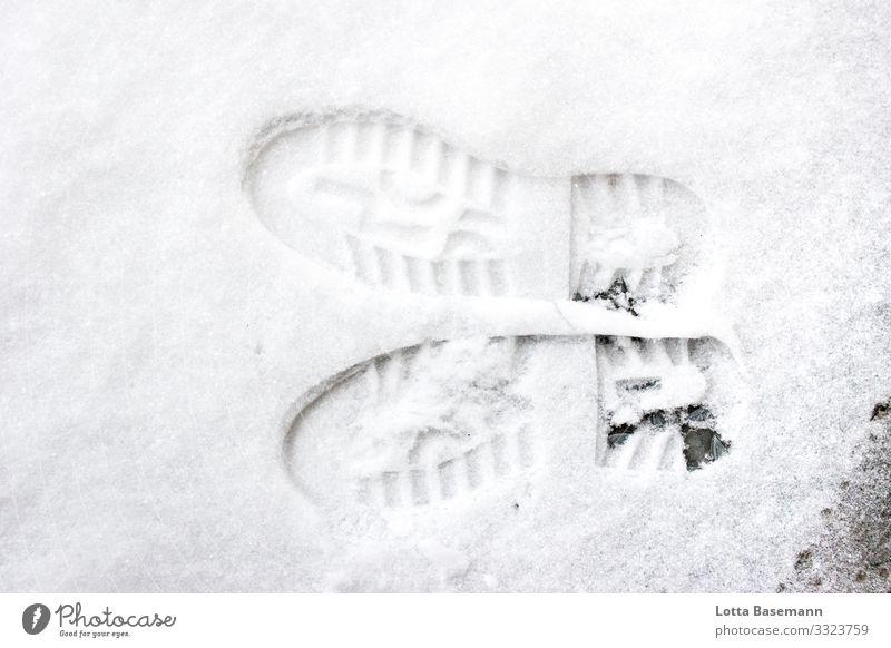 lechts und rinks Schuhabdrücke Spuren Schnee links rechts vertauscht Winter Jahreszeit Nahaufnahme Vogelperspektive Außenaufnahme draußen Natur Fußspur