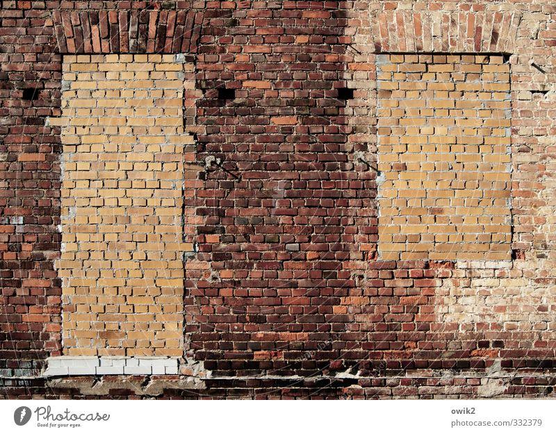 Wärmedämmung Mauer Wand Fassade Fenster Tür Backstein Backsteinfassade eckig nachhaltig orange rot geschlossen Stein auf Stein Isolierung (Material) Farbfoto
