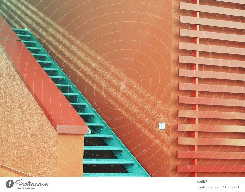 Duoton Gebäude Mauer Wand Treppe Treppengeländer Metall Kunststoff eckig einfach modern rot türkis aufwärts Farbfoto Außenaufnahme Detailaufnahme abstrakt