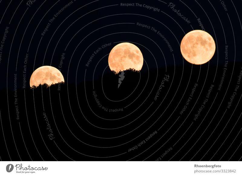 Aufsteigender Mond am Nachthimmel Urelemente Luft Stern Horizont Klima Klimawandel Wetter Globus dunkel Ferne groß Unendlichkeit hoch natürlich rund gelb
