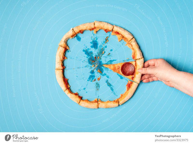 Ich nehme das letzte Stück Pizza. Essen von Pizza-Salami und Resten Lebensmittel Teigwaren Backwaren Mittagessen Abendessen Fastfood Fingerfood