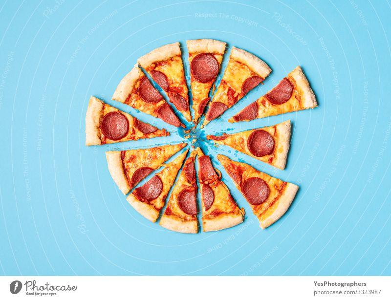Pizzasalami in Scheiben geschnitten. Pizza-Peperoni-Scheiben. Hausgemachtes Abendessen Käse Teigwaren Backwaren Mittagessen Fastfood Fingerfood