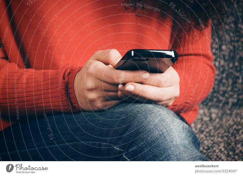 Nahaufnahme Hände mit Smartphone Lifestyle Freizeit & Hobby Spielen Telefon Handy PDA Technik & Technologie Unterhaltungselektronik Telekommunikation