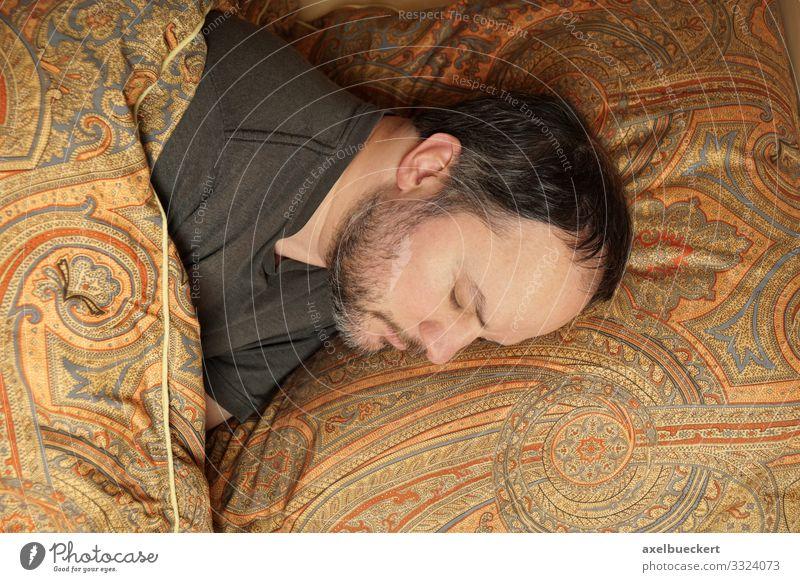 Mann schläft im Bett Lifestyle ruhig Freizeit & Hobby Häusliches Leben Wohnung Schlafzimmer Mensch maskulin Erwachsene 1 30-45 Jahre schwarzhaarig kurzhaarig