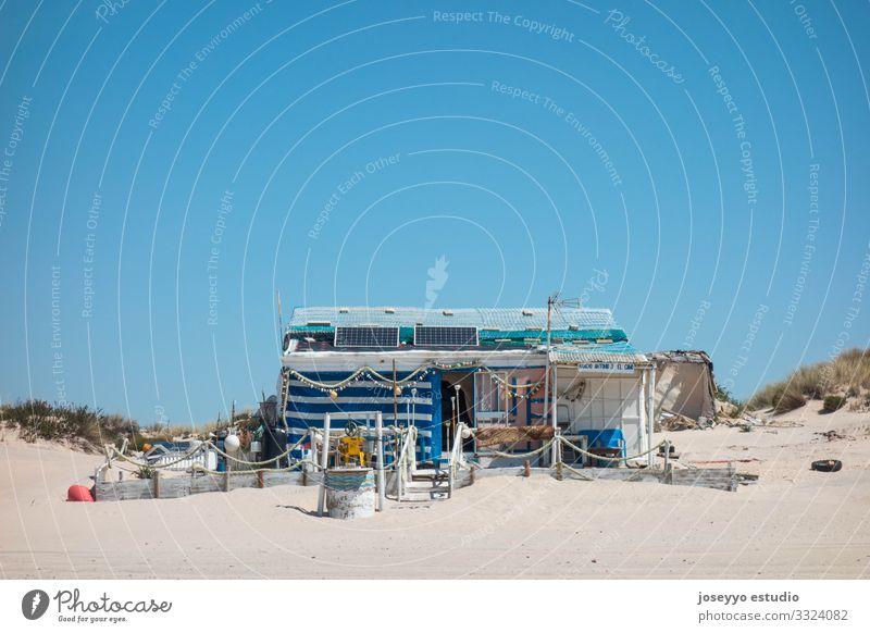Fischerhütte am Strand Andalusien Atlantik blau Wasserfahrzeug Hütte Küste Ausflugsziel donana Düne Umwelt Haus Huelva Landschaft matalascanas