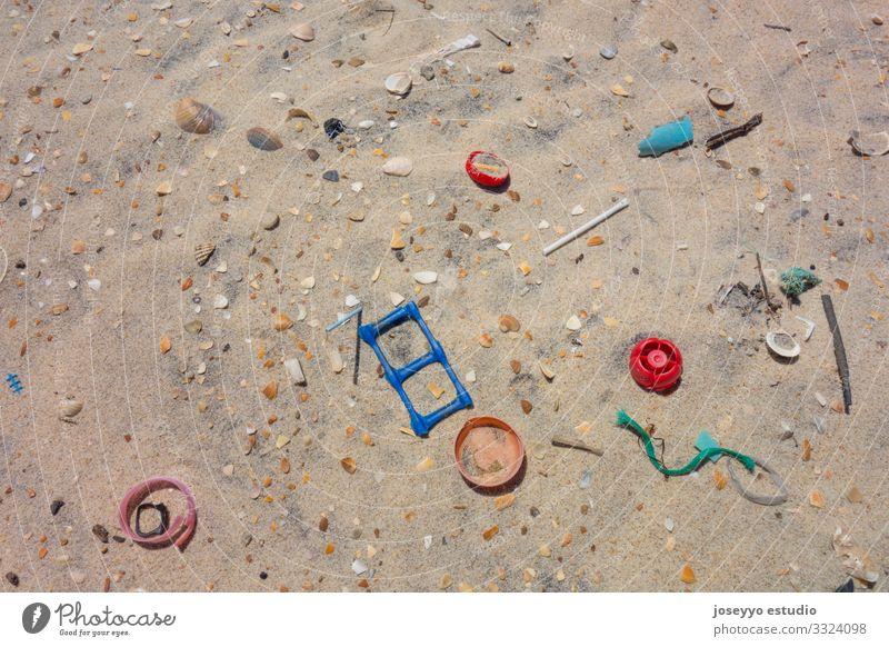 Kunststoffe auf dem Sand des Strandes. Erkenntnis Flasche Sauberkeit Küste Ohrenstäbchen ökologisch Bildung Umwelt frei Zukunft Lutscher Mikro Natur Meer Pickup