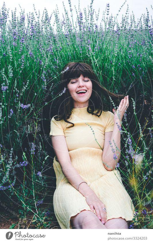 Junge brünette Frau sitzt umgeben von Lavendel Lifestyle schön Leben Erholung Windstille Freiheit Sommer Mensch feminin Junge Frau Jugendliche Erwachsene 1