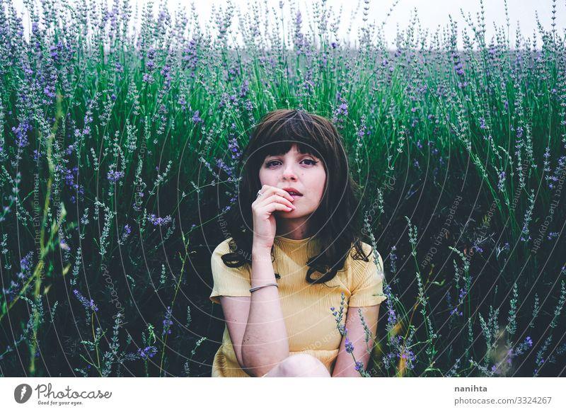 Junge brünette Frau sitzt umgeben von Lavendel Lifestyle schön Leben Erholung ruhig Freiheit Sommer Mensch feminin Junge Frau Jugendliche Erwachsene 1