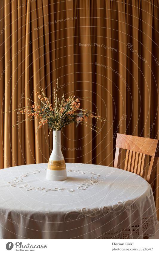 Zugezogen Vase Tisch Tischwäsche Stuhl Vorhang Blumenvase Blumenstrauß Stein Holz Blühend Häusliches Leben elegant rund schön gelb gold gewissenhaft Trauer Tod