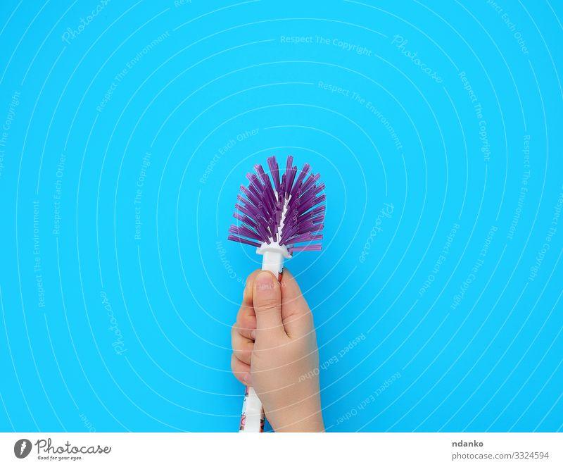 Hand hält eine Plastikbürste Arbeit & Erwerbstätigkeit Werkzeug Mensch Frau Erwachsene Arme Finger Kunststoff Reinigen neu Sauberkeit blau Schutz Hintergrund