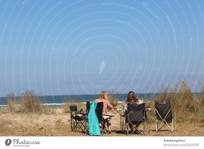 strand picknick Picknick Ferien & Urlaub & Reisen Tourismus Ausflug Camping Sommer Sommerurlaub Sonnenbad Strand Meer Junge Frau Jugendliche 2 Mensch Erholung