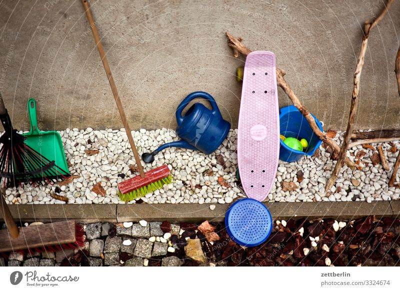 Kinderspielzeug Besen Eimer Garten Gartengeräte Gerät Gießkanne Gärtner Hausmeister Kies Kindergarten Menschenleer Schaufel Spielzeug Textfreiraum Werkzeug