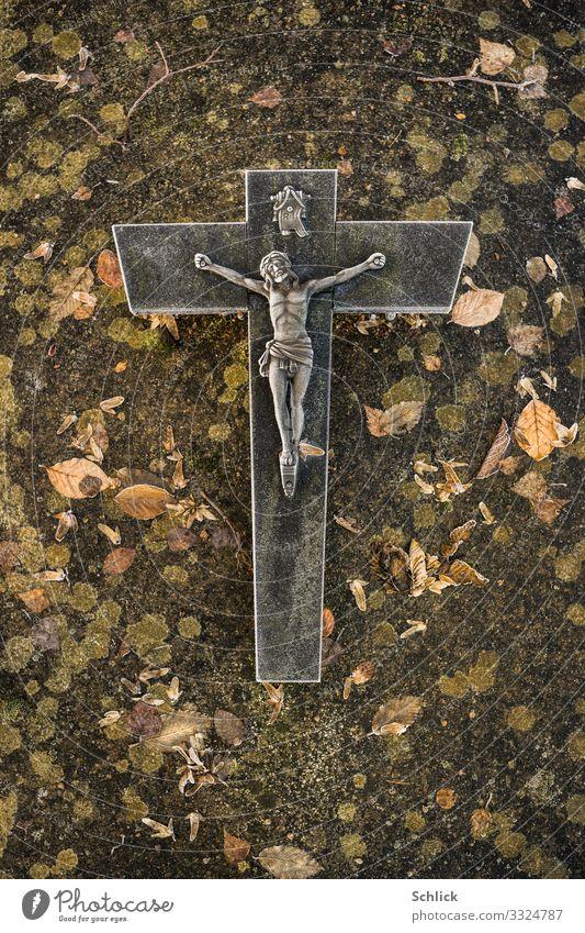 Grab Christliches Kreuz Jesus Christus Grabstein Stein Metall braun grau grün schwarz Opferbereitschaft Traurigkeit Trauer Tod Schmerz Pastellton