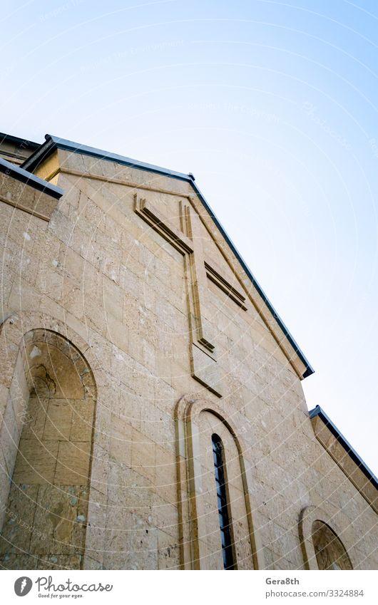 moderne christliche Kirche mit einem Kreuz an der Wand in Georgien Ferien & Urlaub & Reisen Tourismus Himmel Gebäude Architektur Stein hoch blau Farbe Glaube