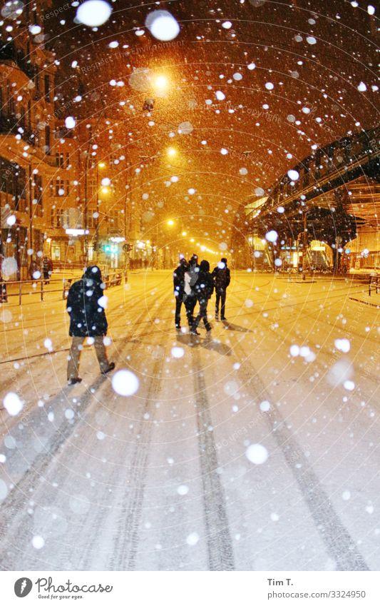 Ecke Schönhauser Allee Prenzlauer Berg Stadt Hauptstadt Stadtzentrum Altstadt Fußgängerzone Klima Winter Schnee Schneefall Mensch Straßenbeleuchtung Farbfoto
