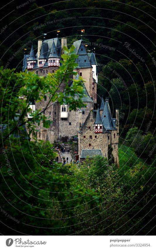 Burg Eltz Ferien & Urlaub & Reisen Tourismus Ausflug Abenteuer Ferne Natur Baum Wald Hügel Felsen Burg oder Schloss Bauwerk Mauer Wand Fassade Balkon Kamin
