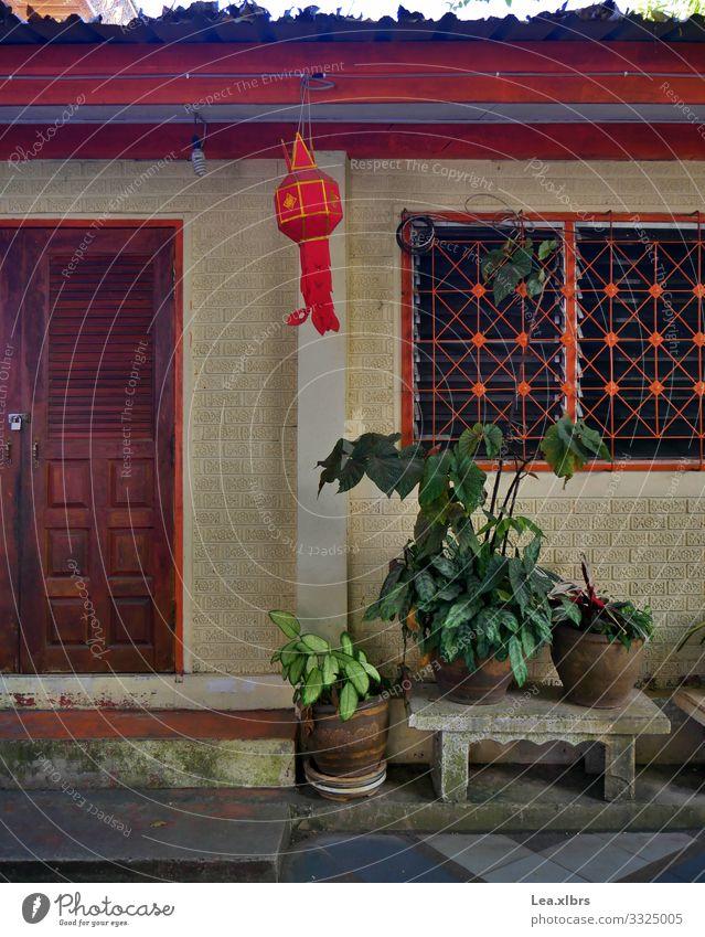 So lebt ein Mönch Chiangmai Thailand Asien Kleinstadt Haus Tempel Mauer Wand Tür Fenster Sehenswürdigkeit Lampion einfach rot erleben sparsam Tradition Farbfoto