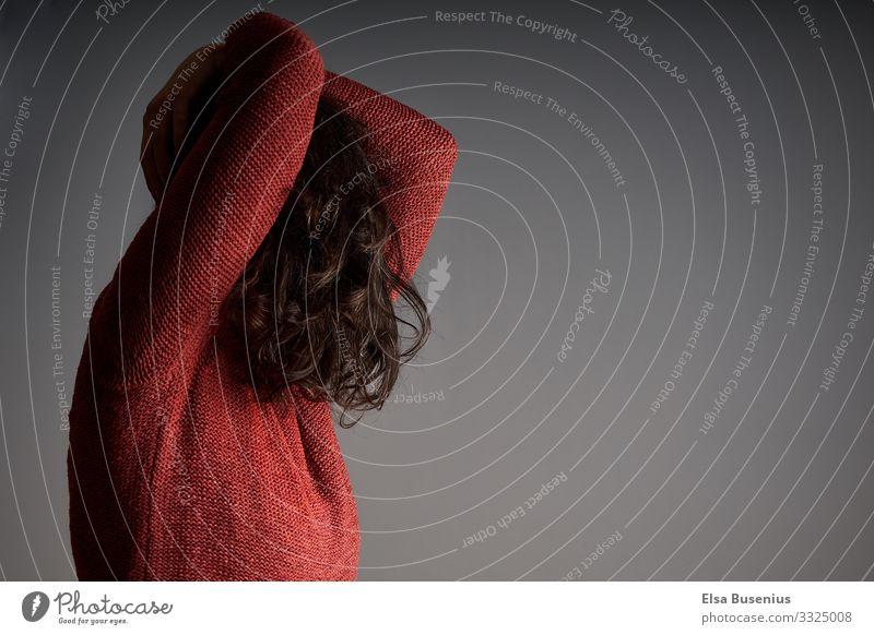 Verstecken bei Helligkeit Haare & Frisuren Mensch feminin Frau Erwachsene 1 18-30 Jahre Jugendliche 30-45 Jahre Pullover schwarzhaarig brünett Gefühle Schutz