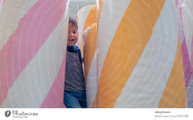 Fröhliches Kleinkind, das in der Halle spielt Freude Glück schön Spielen Kind Mensch Baby Junge Mann Erwachsene Familie & Verwandtschaft Kindheit Jugendliche