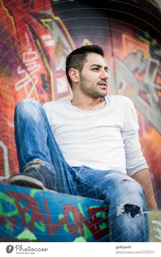 Blick zur Seite Mensch maskulin Junger Mann Jugendliche Erwachsene Leben 1 Jeanshose Kultur Loch Hose kaputt mehrfarbig multikulturell Graffiti trendy