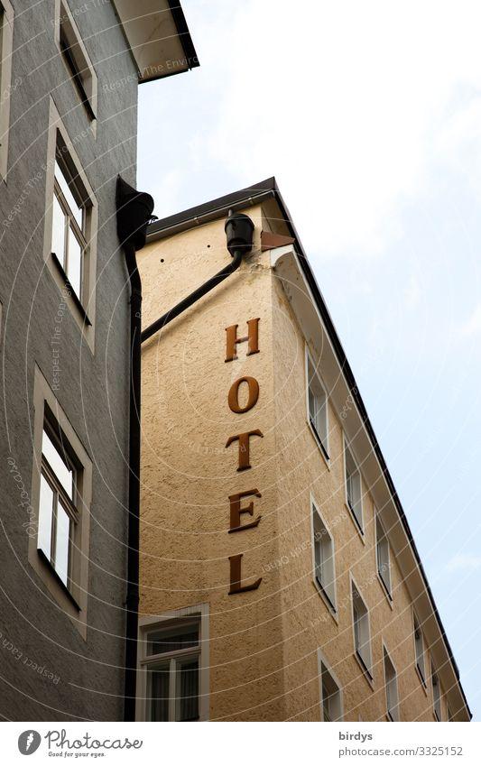 Hotel Ferien & Urlaub & Reisen Stadt Haus Fenster Tourismus braun Fassade grau Häusliches Leben Schriftzeichen authentisch einfach Städtereise Gastfreundschaft