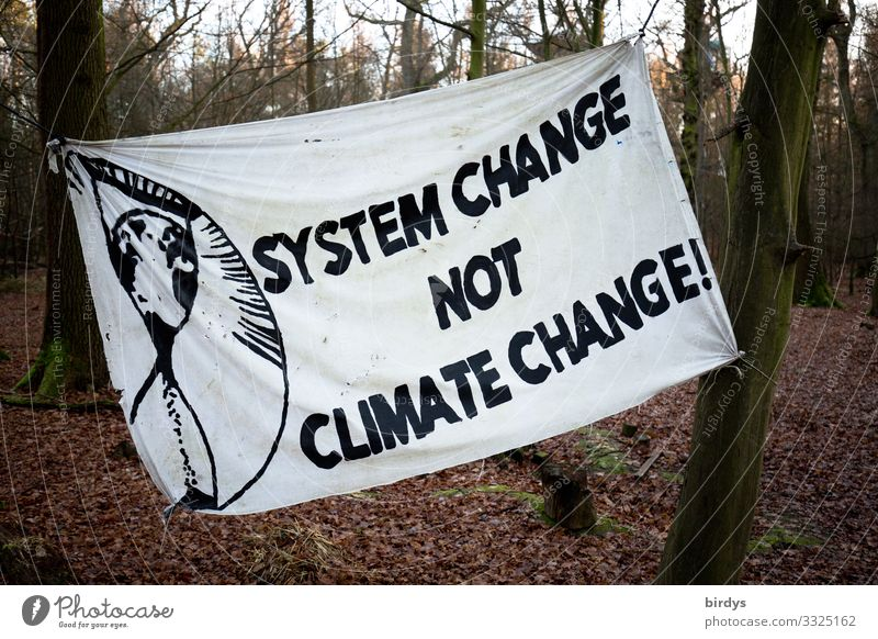 Trasparent mit der Forderung nach einem Systemwechsel in Gesellschaft und Politik, Zusammenhang zwischen Klimawandel und kapitalistischen Systemen welche den Klimawandel weiter beschleunigen
