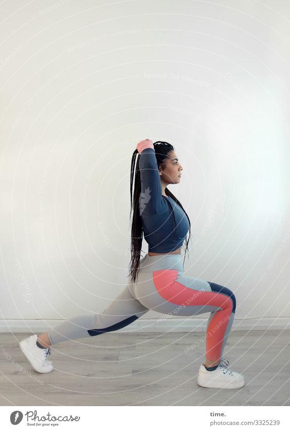 Nikolija Fitness Sport-Training feminin Frau Erwachsene 1 Mensch T-Shirt Hose Turnschuh brünett langhaarig Zopf stehen sportlich Kraft Tatkraft Leidenschaft