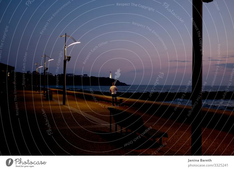 Leuchtturm in der Dämmerung maskulin Mann Erwachsene 1 Mensch Landschaft Wasser Horizont Sonnenaufgang Sonnenuntergang Küste Meer Hafen Licht Laterne Blick frei