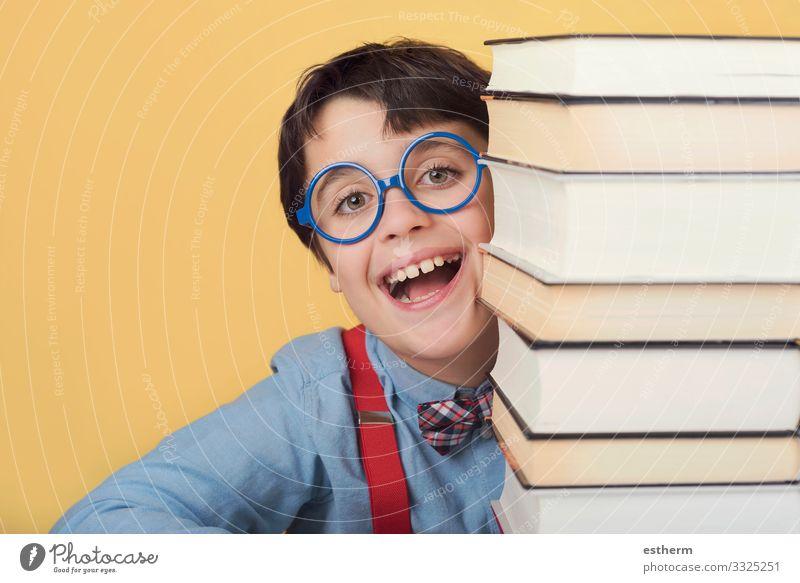 glückliches und lächelndes Kind mit Büchern Lifestyle Freude Spielen lesen Bildung Schule lernen Schulkind Student Mensch maskulin Junge Kindheit 1 8-13 Jahre