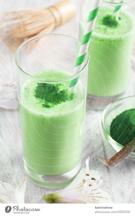 Grüne Matcha-Milch Ernährung Frühstück Vegetarische Ernährung Getränk Kaffee Tee natürlich grün weiß grüne Streichhölzer schäumen Bierschaum Latte melken