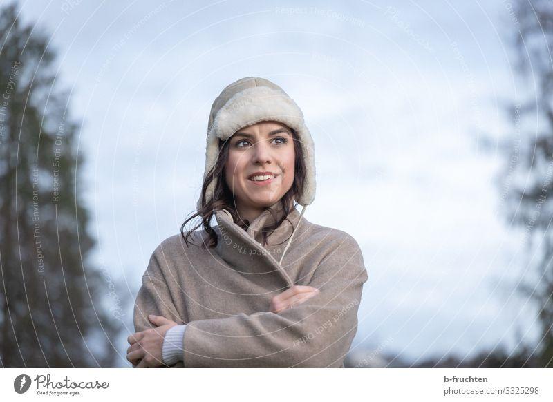 Kalter Tag Leben Ferien & Urlaub & Reisen Winter wandern Mann Erwachsene Gesicht 1 Mensch 30-45 Jahre Wolken Herbst Eis Frost Pflanze Baum Park Wald Jacke