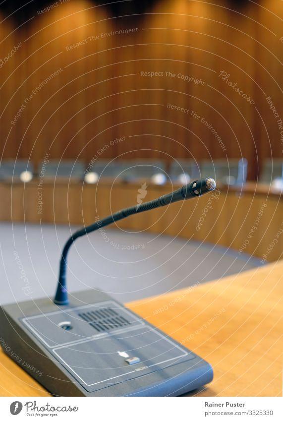 Politische Debatte - Im Parlamentssaal Büro Wirtschaft Erfolg Sitzung sprechen Politiker Politikwissenschaft Mikrofon Düsseldorf Architektur Holz Metall braun