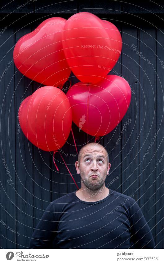 Valentinstag Mensch Jugendliche Farbe rot schwarz Junger Mann Leben Liebe Glück Zusammensein maskulin Lächeln Fröhlichkeit Freundlichkeit Lebensfreude Luftballon