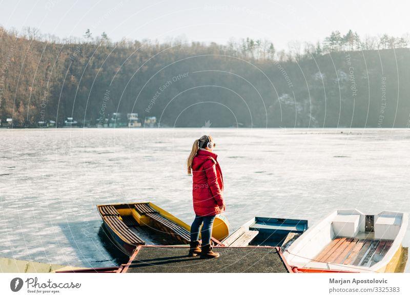 Junge Frau steht am gefrorenen See Lifestyle Ferien & Urlaub & Reisen Abenteuer Winter Mensch feminin Jugendliche Erwachsene 1 30-45 Jahre Umwelt Natur Wasser