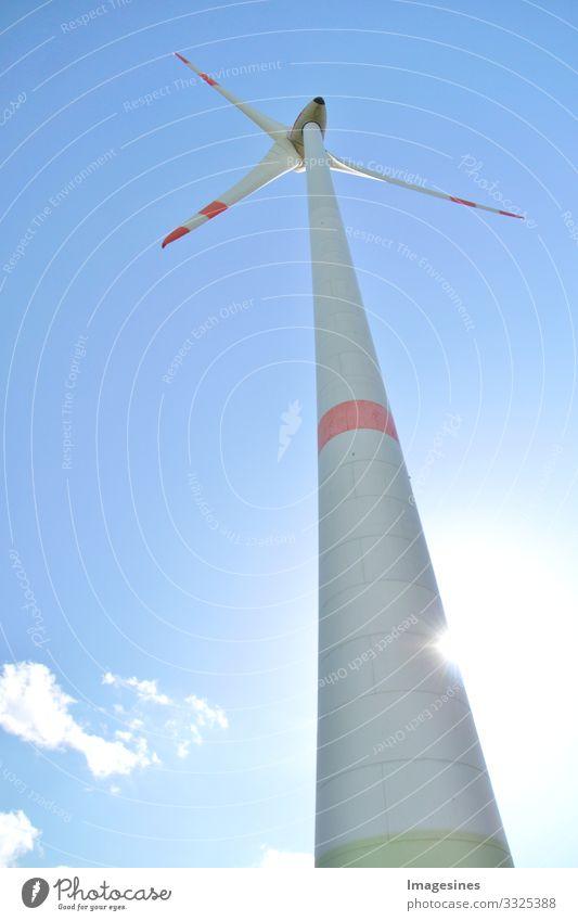 Windkraftanlage gegen blauen Himmel mit Sonne und Wolken, Rheinland Pfalz, Deutschland. alternative Energie, neue Naturlandschaft blauer Himmel Landwirtschaft