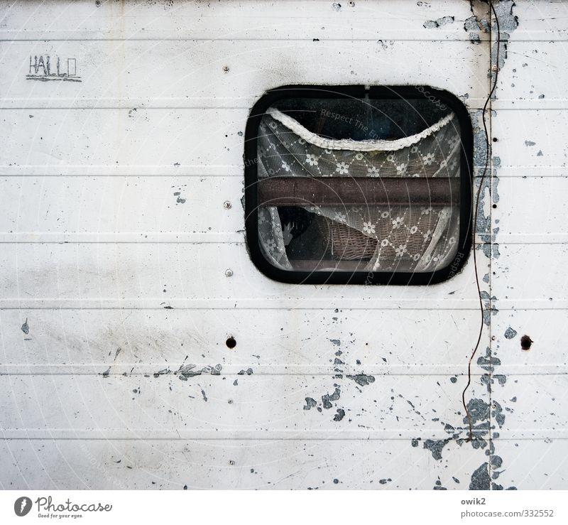 Akis Welt alt ruhig Fenster Wand Fassade trist authentisch einfach Vergänglichkeit kaputt rund Buchstaben verfallen Müdigkeit trashig Riss