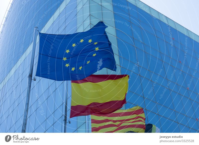 Flaggen von Europa, Spanien und Katalonien. Ferien & Urlaub & Reisen Barcelona blau Gebäude Meisterschaft Länder Kristallglas Kultur Vorhangfassade Demokratie