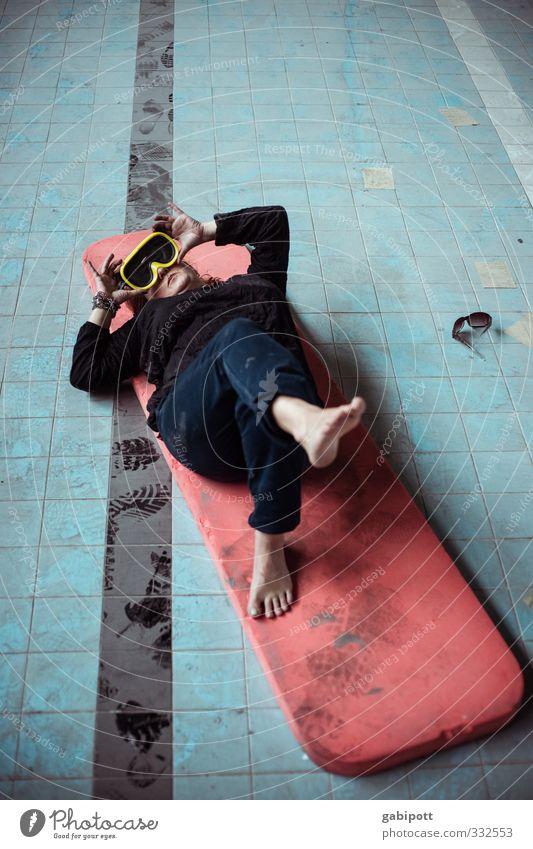der Sommer fällt aus Mensch Jugendliche blau Erholung rot Junge Frau feminin Gebäude Schwimmen & Baden außergewöhnlich liegen Fröhlichkeit Schwimmbad Wellness